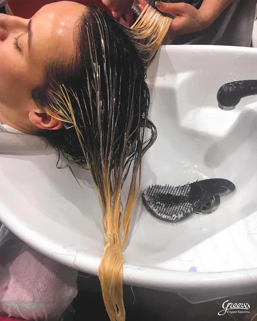 Мокрые волосы на мойке